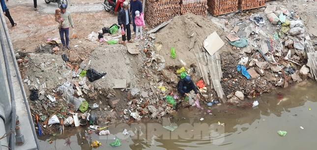 Sông ở Hải Phòng 'bội thực' rác sau khi đưa ông Táo về trời ảnh 10