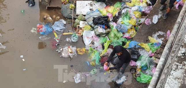 Sông ở Hải Phòng 'bội thực' rác sau khi đưa ông Táo về trời ảnh 7