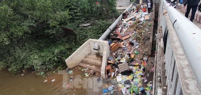 Sông ở Hải Phòng 'bội thực' rác sau khi đưa ông Táo về trời ảnh 8