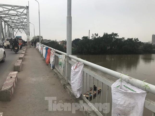Sông ở Hải Phòng 'bội thực' rác sau khi đưa ông Táo về trời ảnh 3