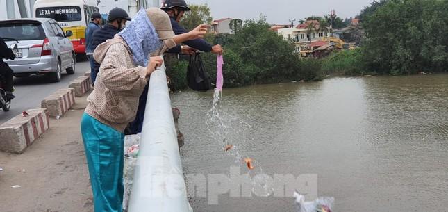 Sông ở Hải Phòng 'bội thực' rác sau khi đưa ông Táo về trời ảnh 2