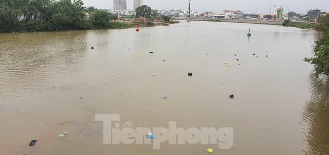 Sông ở Hải Phòng 'bội thực' rác sau khi đưa ông Táo về trời ảnh 5