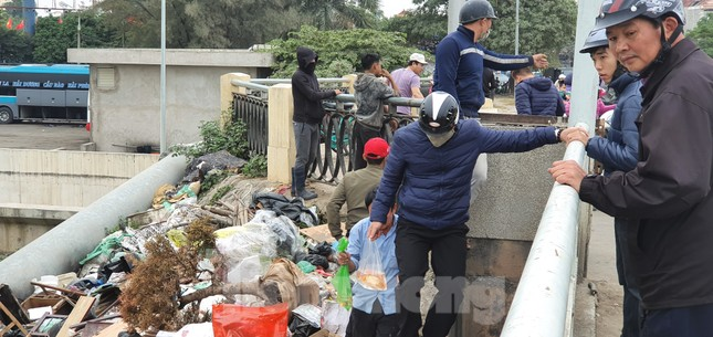 Sông ở Hải Phòng 'bội thực' rác sau khi đưa ông Táo về trời ảnh 6