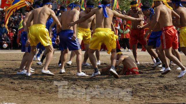 Hàng chục trai làng đánh vật với quả cầu làm từ củ chuối khổng lồ ảnh 9