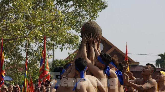 Hàng chục trai làng đánh vật với quả cầu làm từ củ chuối khổng lồ ảnh 10