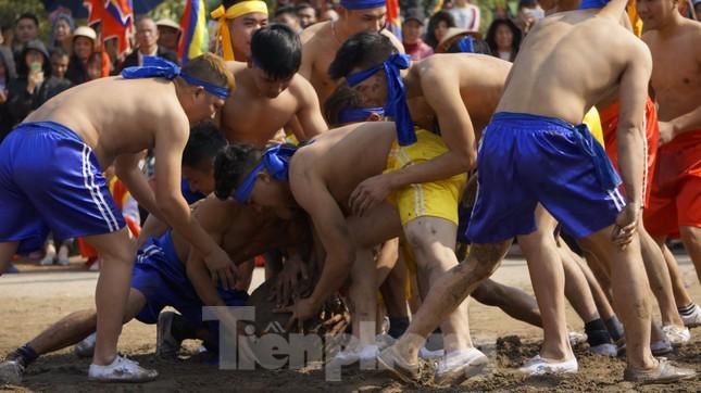 Hàng chục trai làng đánh vật với quả cầu làm từ củ chuối khổng lồ ảnh 11