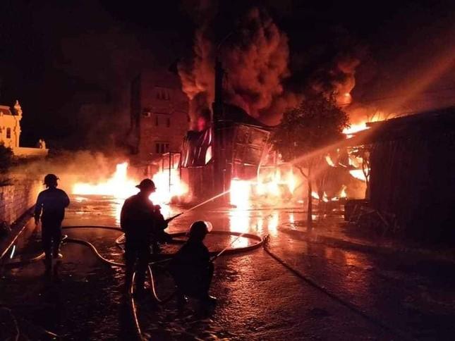 Kho chứa 1.000m2 ở Cẩm Phả bốc cháy dữ dội vào rạng sáng ảnh 2
