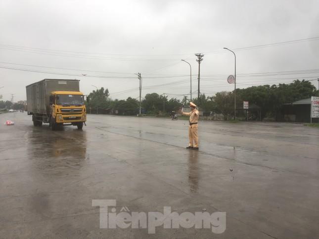 Nhìn gần chốt đường bộ kiểm tra người, phương tiện vào Quảng Ninh ảnh 1
