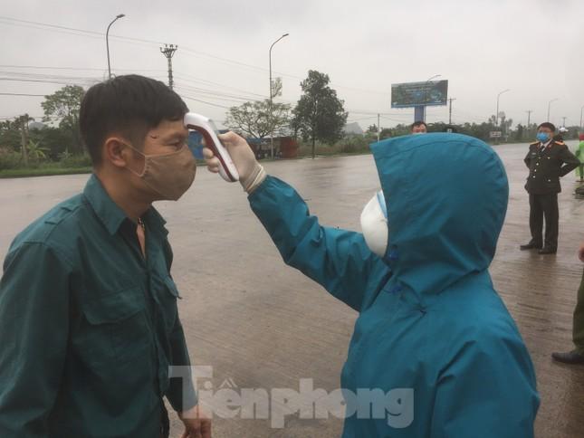 Nhìn gần chốt đường bộ kiểm tra người, phương tiện vào Quảng Ninh ảnh 8