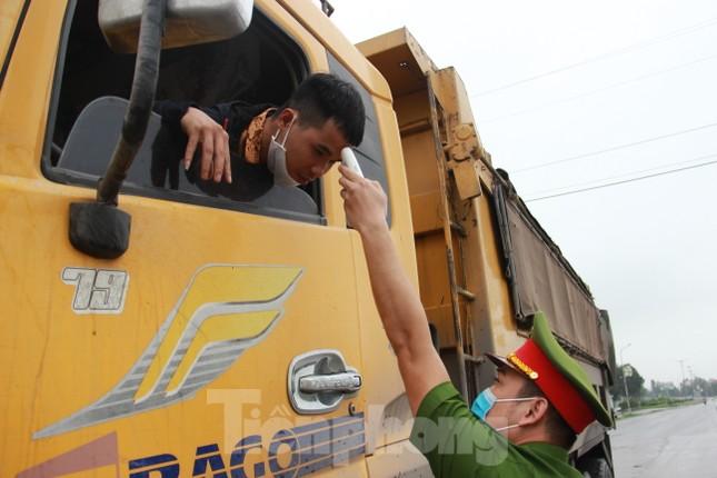 Nhìn gần chốt đường bộ kiểm tra người, phương tiện vào Quảng Ninh ảnh 6