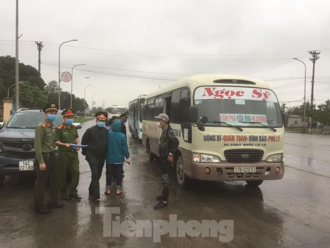 Nhìn gần chốt đường bộ kiểm tra người, phương tiện vào Quảng Ninh ảnh 2