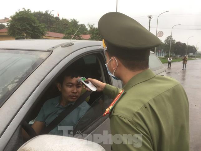 Nhìn gần chốt đường bộ kiểm tra người, phương tiện vào Quảng Ninh ảnh 3