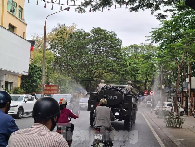 Quân đội phun khử trùng đường phố Hải Phòng ảnh 6