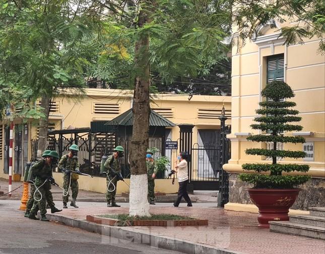 Quân đội phun khử trùng đường phố Hải Phòng ảnh 8