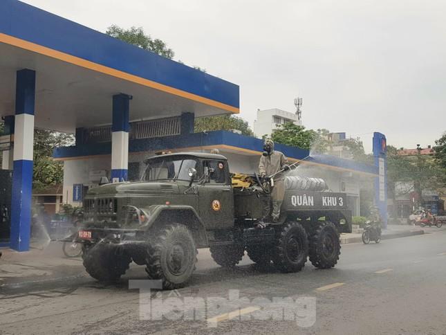 Quân đội phun khử trùng đường phố Hải Phòng ảnh 1