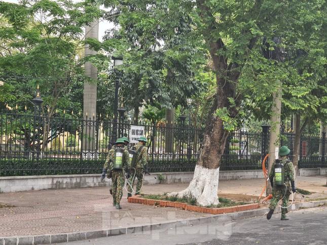 Quân đội phun khử trùng đường phố Hải Phòng ảnh 2