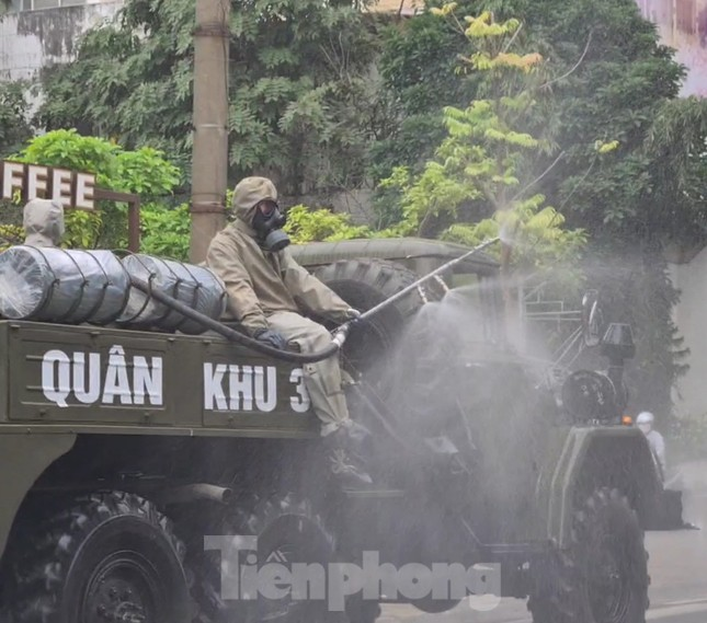 Quân đội phun khử trùng đường phố Hải Phòng ảnh 4