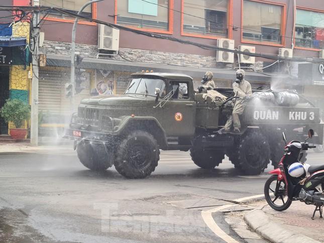 Quân đội phun khử trùng đường phố Hải Phòng ảnh 3