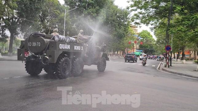 Quân đội phun khử trùng đường phố Hải Phòng ảnh 7
