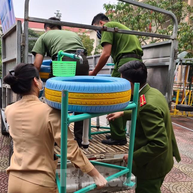 'Biến' lốp xe thành bồn rửa tay công cộng chống COVID-19 ảnh 6