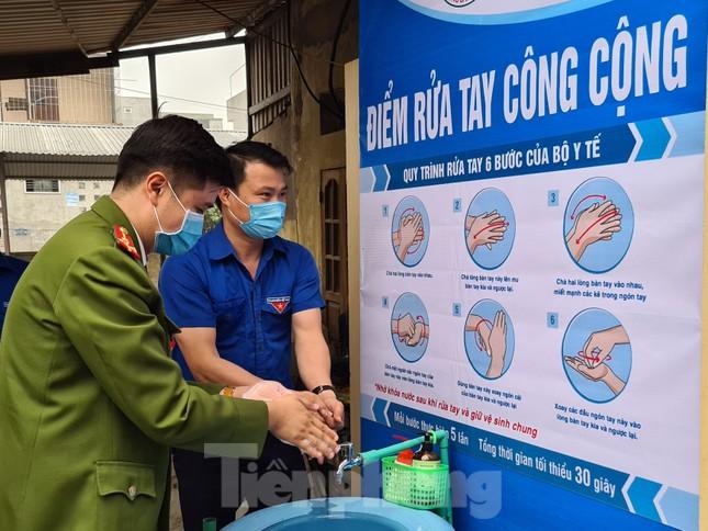 'Biến' lốp xe thành bồn rửa tay công cộng chống COVID-19 ảnh 2