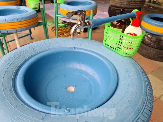 'Biến' lốp xe thành bồn rửa tay công cộng chống COVID-19 ảnh 3