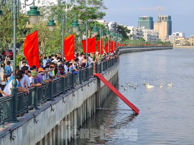 Đông người đến ngắm 65 đôi thiên nga được thả trên sông Tam Bạc ảnh 2