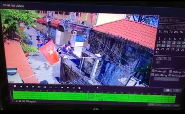 """Xuất hiện clip tố vụ """"học sinh Hải Phòng đứng nắng trước cổng trường"""" là dàn dựng ảnh 1"""