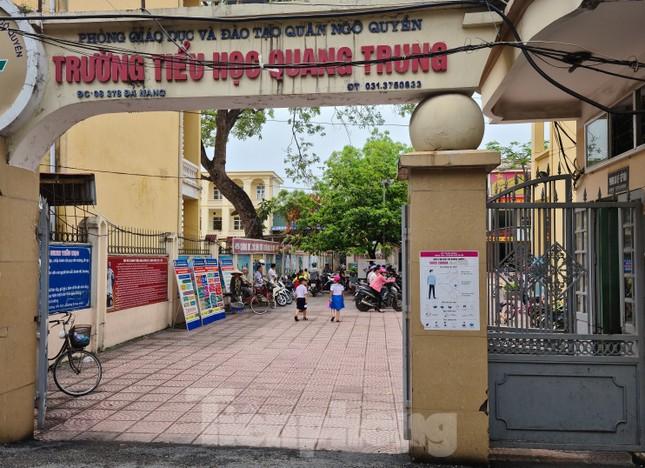 Vụ học sinh đứng nắng ở cổng trường: Nhà trường nhận trách nhiệm ảnh 1