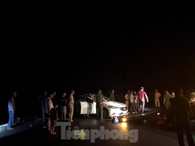 Hy hữu, xe ô tô lao xuống vịnh Hạ Long trong đêm ảnh 1