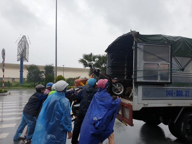 Khẩn cấp cấm xe máy qua cầu Bãi Cháy vì gió lớn ảnh 4