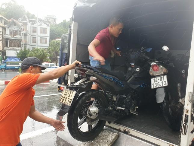 Khẩn cấp cấm xe máy qua cầu Bãi Cháy vì gió lớn ảnh 3