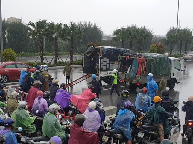 Khẩn cấp cấm xe máy qua cầu Bãi Cháy vì gió lớn ảnh 2