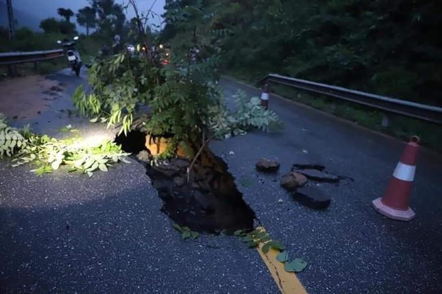 Hố 'tử thần nằm giữa quốc lộ 18C ở Quảng Ninh sau cơn mưa lớn ảnh 2