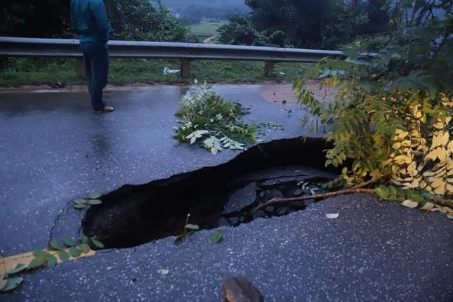 Hố 'tử thần nằm giữa quốc lộ 18C ở Quảng Ninh sau cơn mưa lớn ảnh 3