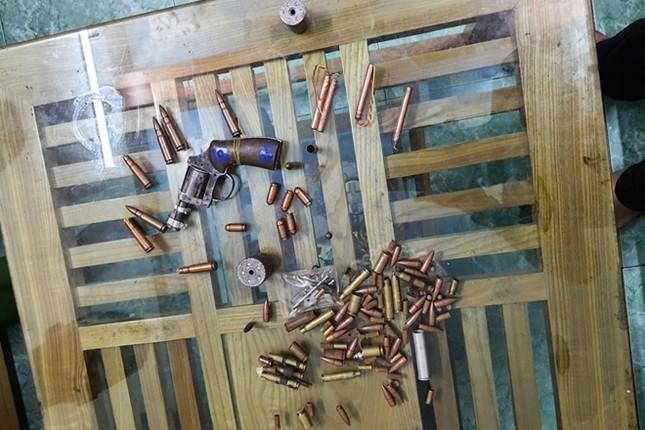 Khởi tố đối tượng tàng trữ 2 khẩu súng quân dụng ảnh 2