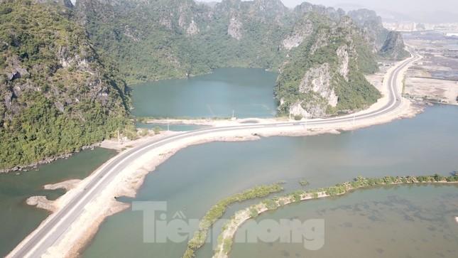 Trên công trường thi công đường bao biển hơn 2.000 tỷ nối TP Hạ Long - Cẩm Phả ảnh 1