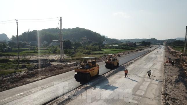 Trên công trường thi công đường bao biển hơn 2.000 tỷ nối TP Hạ Long - Cẩm Phả ảnh 5