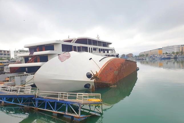 Du thuyền tiền tỷ bất ngờ lật nghiêng khi đang neo đậu ở cảng Tuần Châu ảnh 2