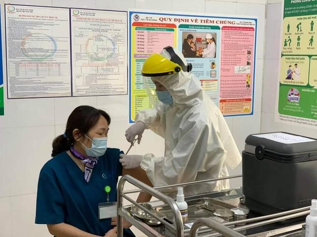 Quảng Ninh: Cận cảnh tiêm những mũi vắc xin ngừa COVID-19 đầu tiên ảnh 3