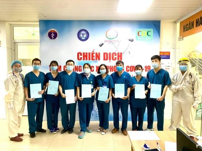 Quảng Ninh: Cận cảnh tiêm những mũi vắc xin ngừa COVID-19 đầu tiên ảnh 1