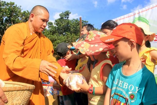 Sư Thích Giác Liêm tặng bánh kẹo cho trẻ em làng Bía Ngó