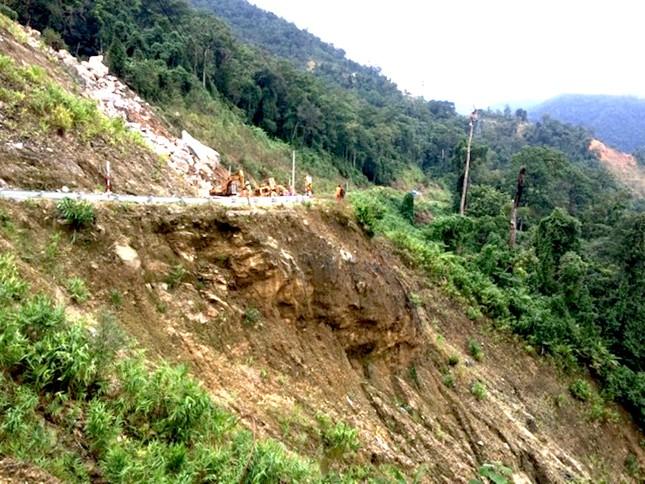 Cận cảnh những tảng đá nặng hơn trăm tấn sạt lở ở Kon Tum ảnh 3