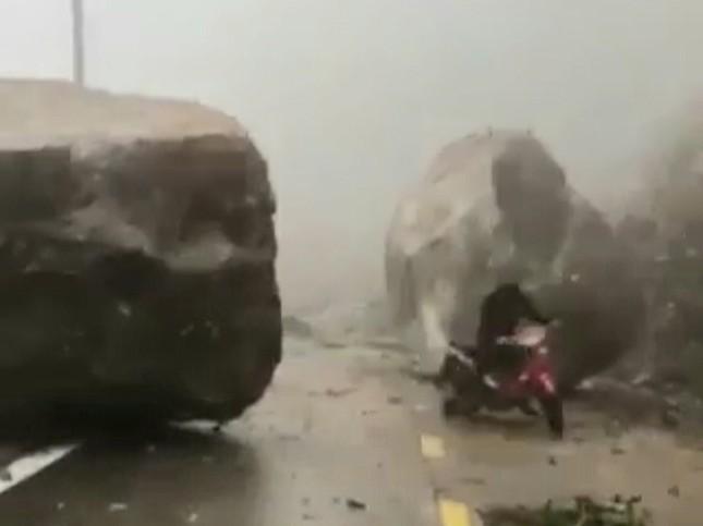 Những tảng nặng hàng trăm tấn chặn ngang đường Trường Sơn Đông