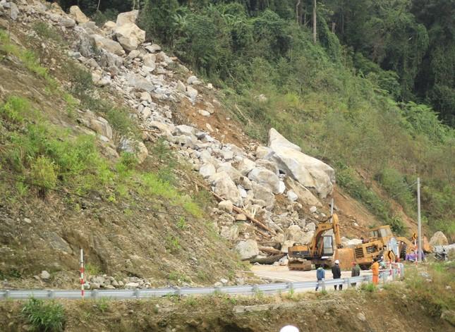 Cận cảnh những tảng đá nặng hơn trăm tấn sạt lở ở Kon Tum ảnh 2