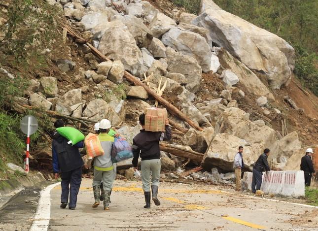 Cận cảnh những tảng đá nặng hơn trăm tấn sạt lở ở Kon Tum ảnh 5