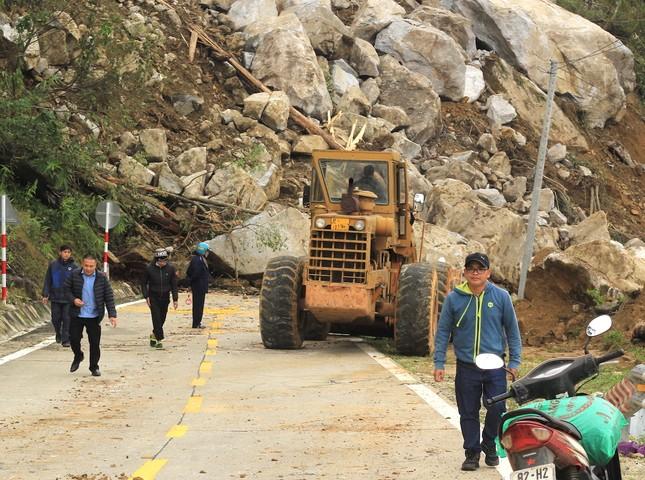 Cận cảnh những tảng đá nặng hơn trăm tấn sạt lở ở Kon Tum ảnh 4