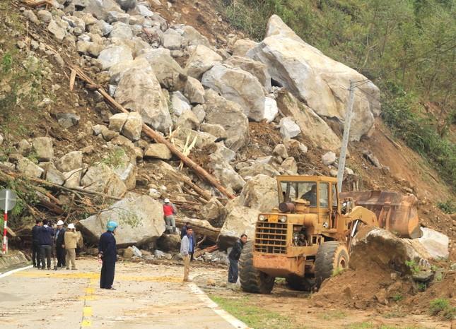 Cận cảnh những tảng đá nặng hơn trăm tấn sạt lở ở Kon Tum ảnh 10