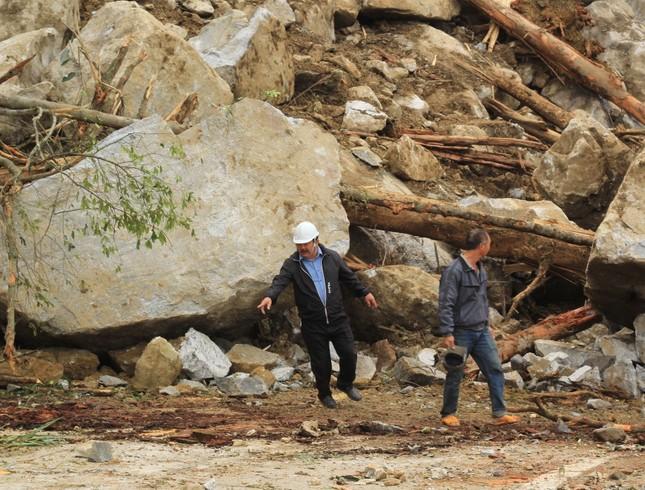 Cận cảnh những tảng đá nặng hơn trăm tấn sạt lở ở Kon Tum ảnh 7