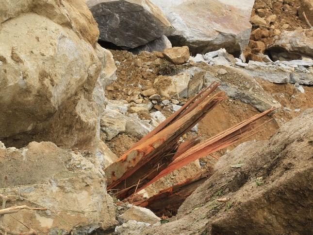 Cận cảnh những tảng đá nặng hơn trăm tấn sạt lở ở Kon Tum ảnh 8